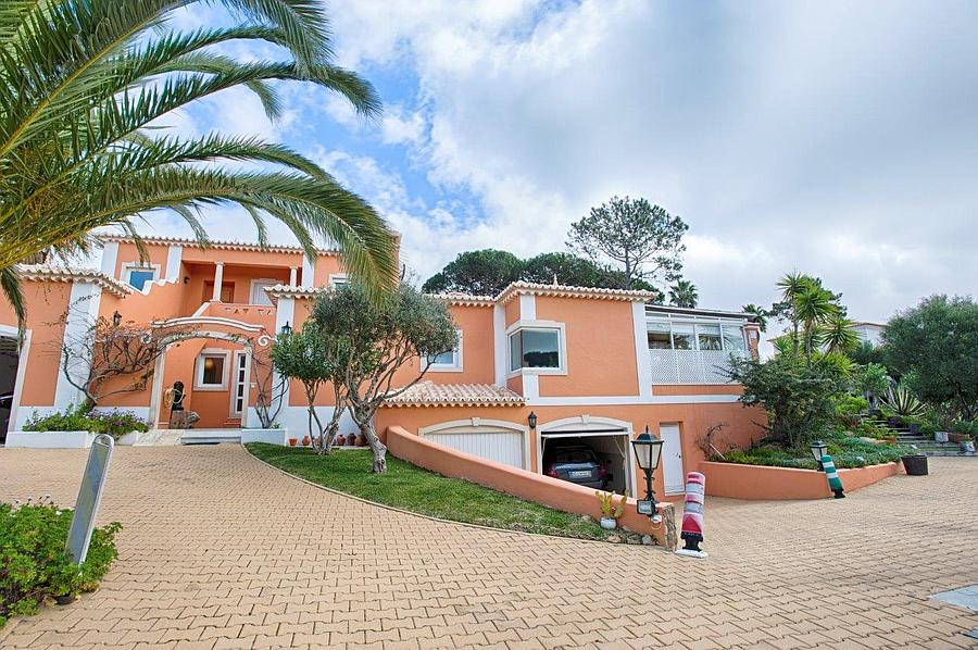 Additional photo for property listing at Charming 4 bedroom villa along the Estoril Golf co Cascais, Portugal