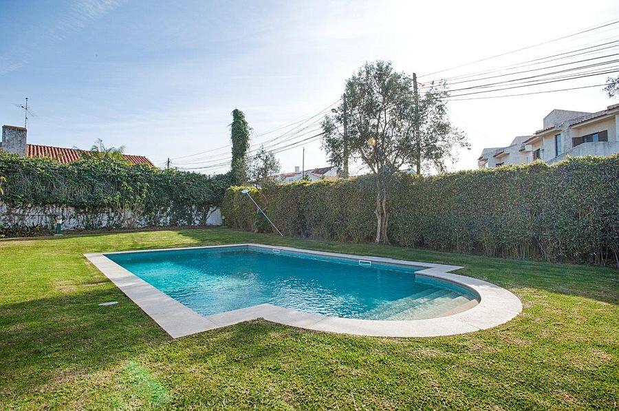5 bedroom villa with a swimming pool in gated community
