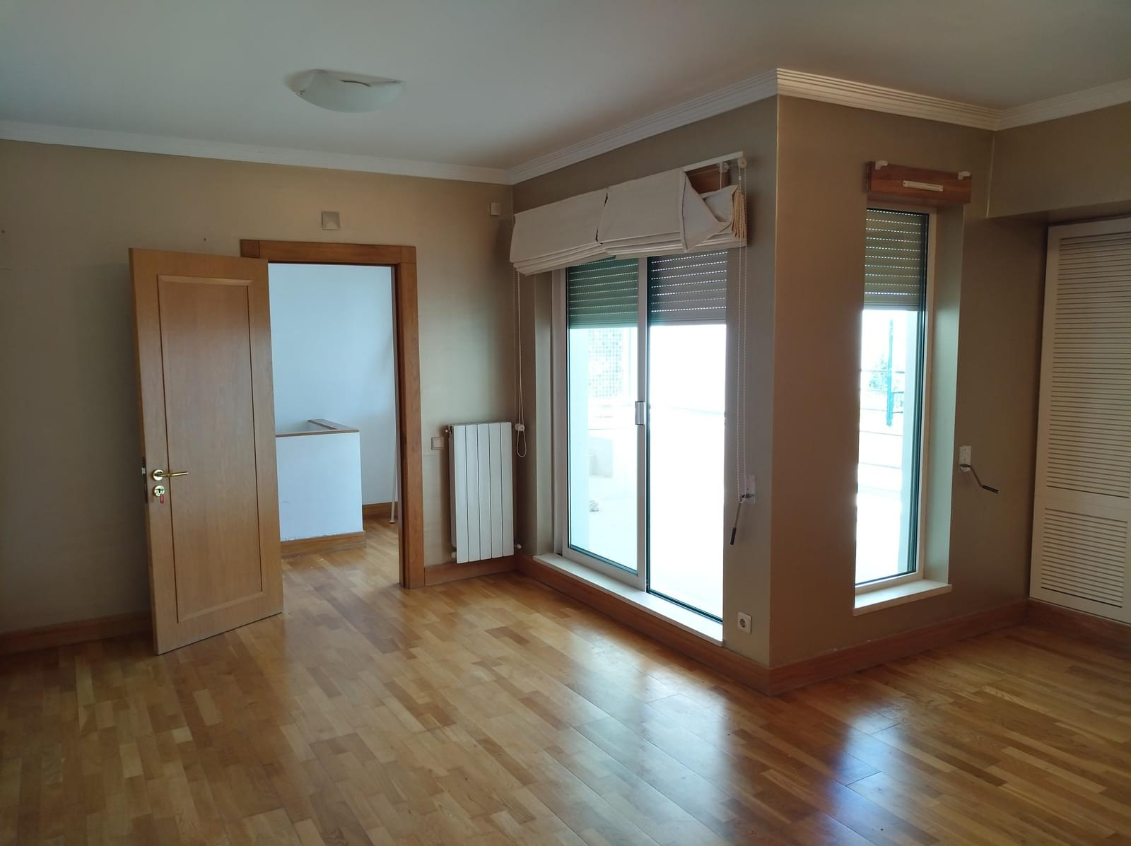 6 bedroom duplex with parking in gated community