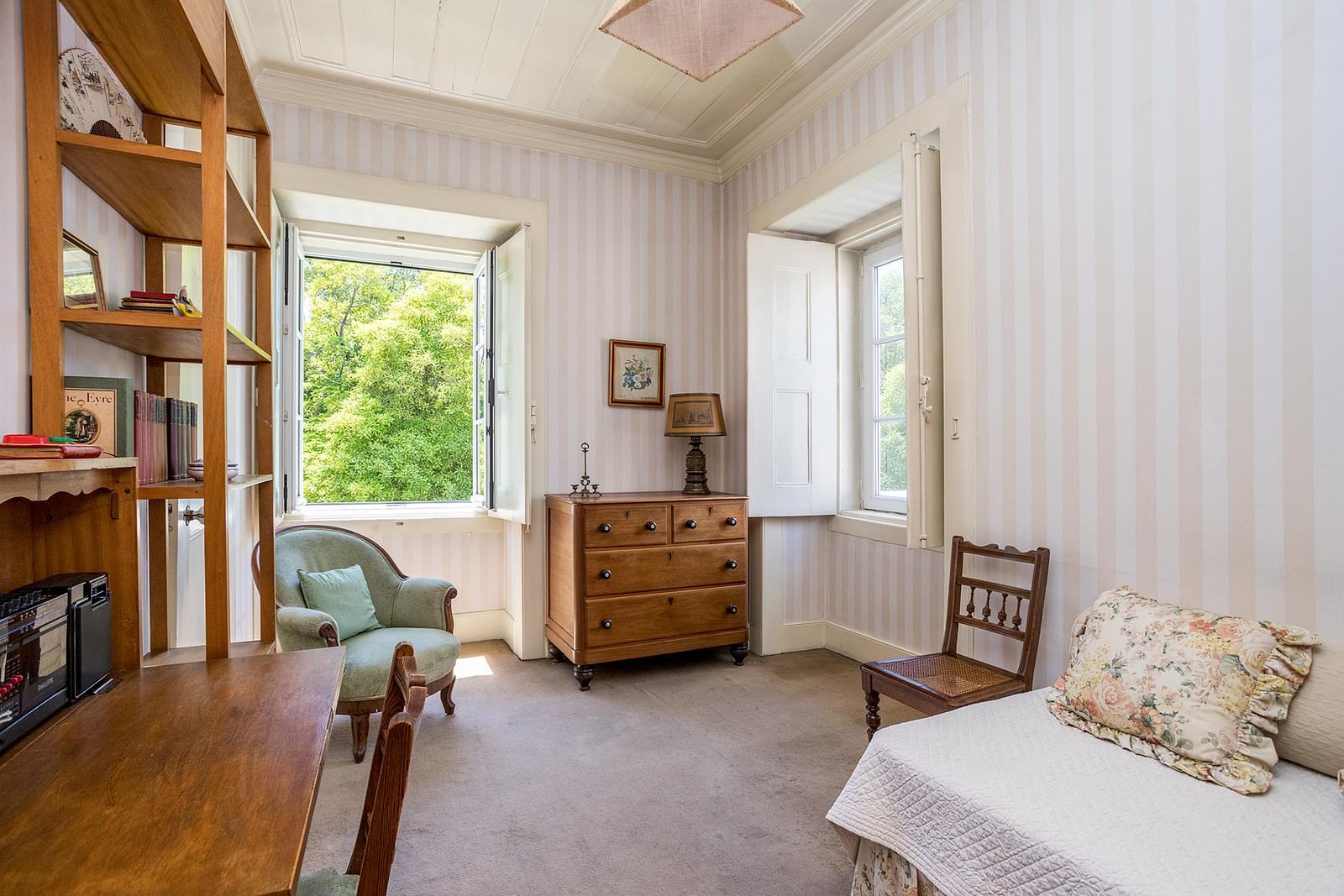 7 bedroom villa with parking