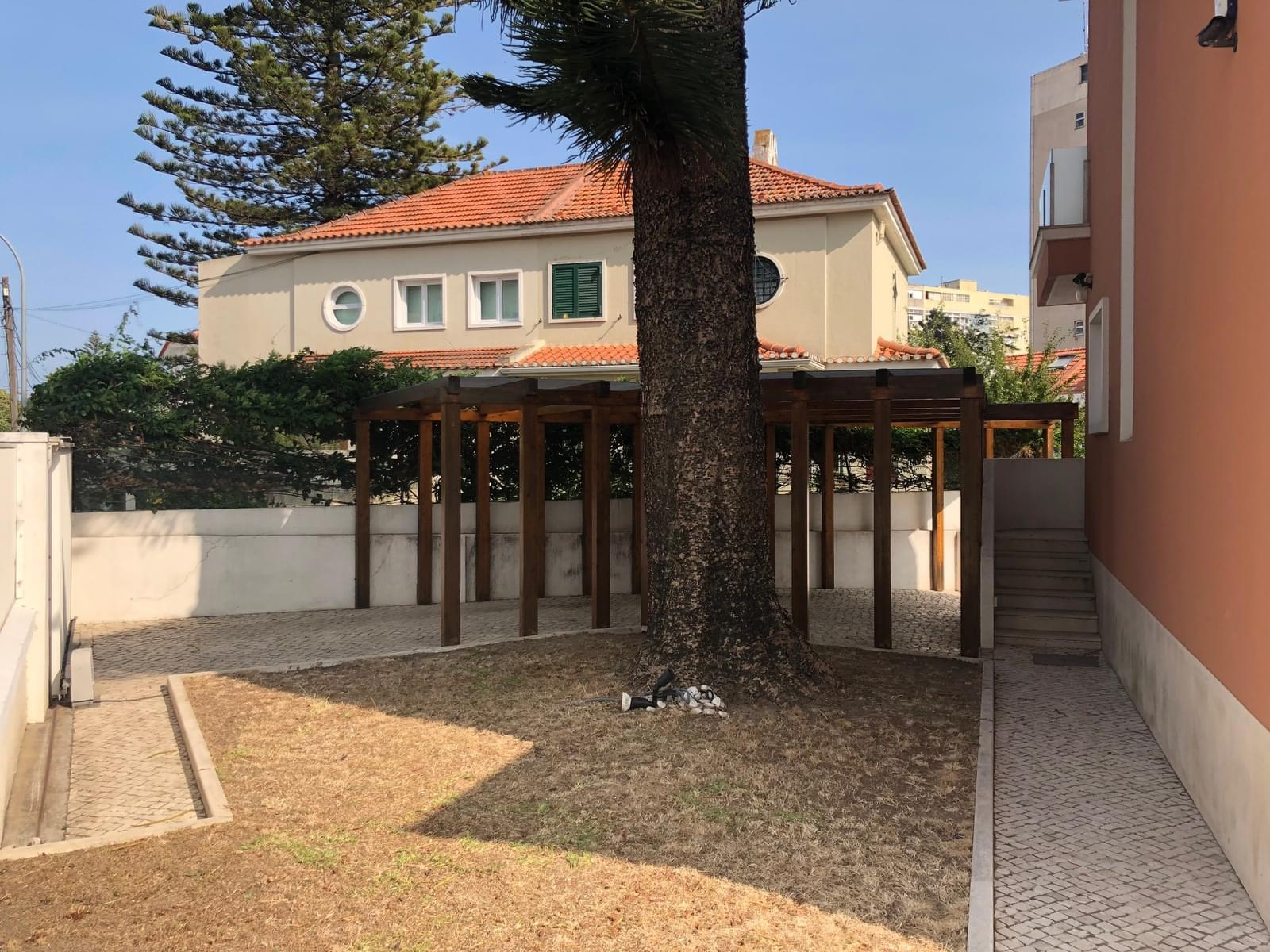 4 bedroom villa with parking