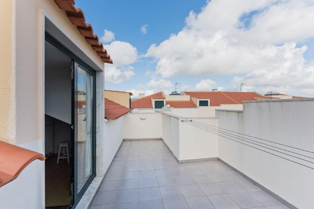 4 bedroom duplex with parking in gated community
