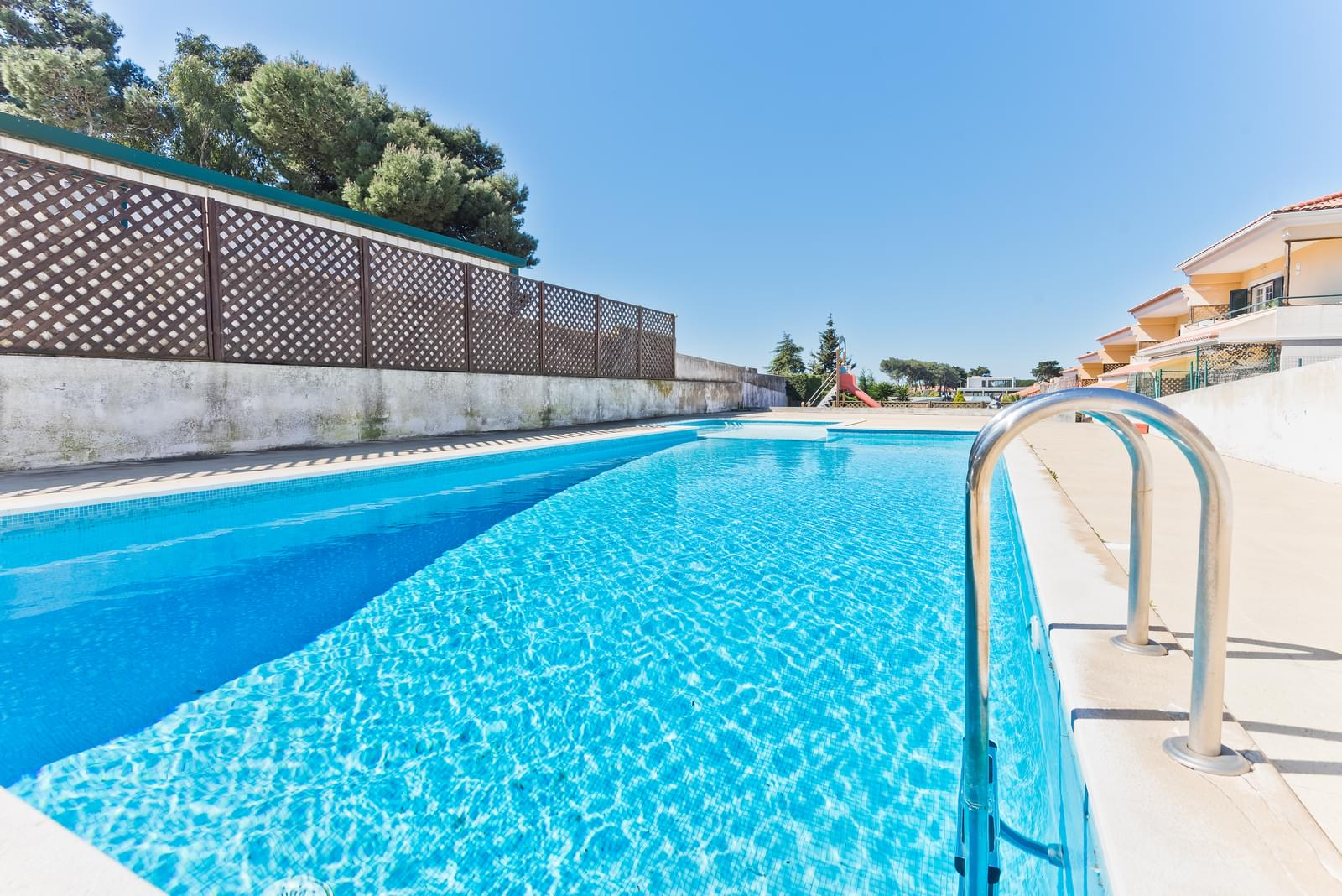 Moradia T4 com piscina em condomínio fechado